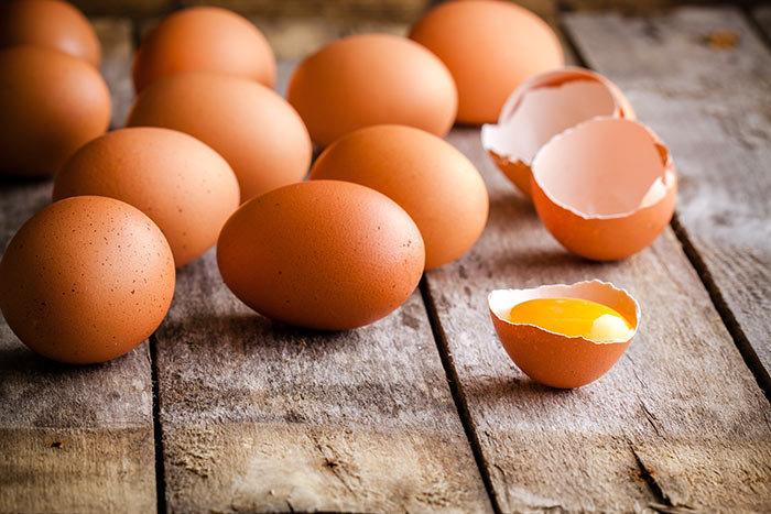 Оранжевые яичные желтки: список продуктов для кур